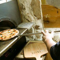 自慢のピザ窯で作った絶品の自家製ピザ!